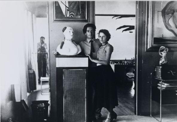 Dalí et Gala dans son appartement de Paris, 1932 © Fundació Gala-Salvador Dalí