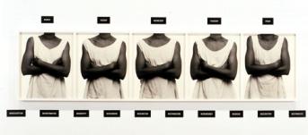 Five Day Forecast 1988 [Prévisions à cinq jours] Lorna Simpson 5 épreuves gélatino-argentiques dans un cadre, 15 plaques en plastique gravées, 62,2 x 246,4 cm. Collection Lillian et Billy Mauer. © Lorna Simpson