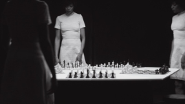 "Chess [Échecs] 2013 Lorna Simpson Installation video HD avec trois projections, noir et blanc, son, 10'25"" (en boucle). Composition et interprétation par Jason Moran. Courtesy l'artiste, Salon 94, New York, et Galerie Nathalie Obadia, Paris/Bruxelles. © Lorna Simpson"