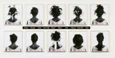 Stereo Styles [Styles stéréo] 1988 Lorna Simpson Dix Polaroid dye-diffusion noir et blanc, dix plaques en plastique gravées, 146,7 x 318,1 x 3,5 cm l'ensemble. Collection Melva Bucksbaum et Raymond Learsy. © Lorna Simpson