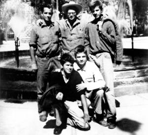 De gauche à droite : Jack Kerouac, Allen Ginsberg, Peter Orlovsky, Lafcadio Orlovsky et Gregory Corso en 1956. © Photofest