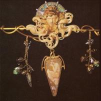 Broche des années 1900, dessin de Mucha et réalisation de G. Fouquet