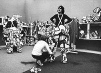 Séance d'habillage lors des représentations au Grand Palais, à Paris en 1973© Archives Fondation Dubuffet, Paris, photographie K
