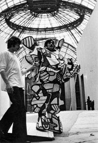 Coucou Bazar à Paris, 1973, l'un des danseurs du spectacle sous la coupole du Grand Palais© Archives Fondation Dubuffet, Paris,