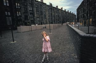 Glasgow, Ecosse, 1980. (34 x 51 cm) (Raymond Depardon-Magnum Photos.)