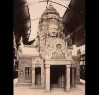 Restitution d'une tour à visages du temple du Bayon au musée du Trocadéro., c.1910. Archives photographiques du musée Guimet. © D. R.
