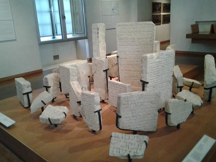 Stèles médiévales prêtées par le musée de Cluny © MAHJ / Je beurre ma tartine