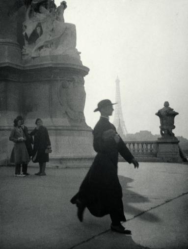 Prêtre_marchant_pont_AlexandreIII