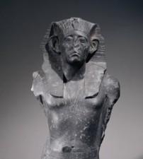 Sésostris III autoritaire et vigilant les mains posées à plat sur son pagne (détail) © Londres, The British Museum