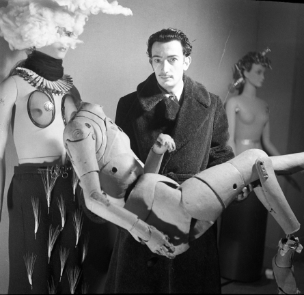 Denise Bellon, Salvador Dali portant un mannequin d'artiste, 1938 © Les films de l'Equinoxe – Fonds photographique Denise Bellon, Paris