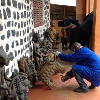Mission Bandja. Inspection et nettoyage des objets © Estelle Vanneste
